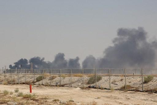 الدخان يتصاعد من منشأة نفطية تابعة لأرامكو في بقيق، حوالي 60كلم جنوب غرب الظهران في محافظة السعودية الشرقية، 14 سبتمبر 2019 (AFP)