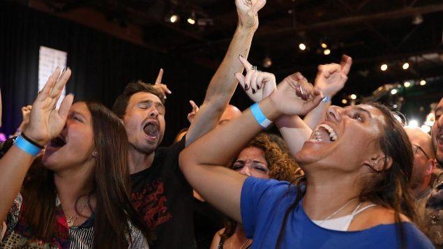 انصار حزب 'ازرق ابيض' عند صدور استطلاعات الرأي بعد انتهاء الاقتراع، في مقر الحزب في تل ابيب، صباح 18 سبتمبر 2019 (GALI TIBBON / AFP)