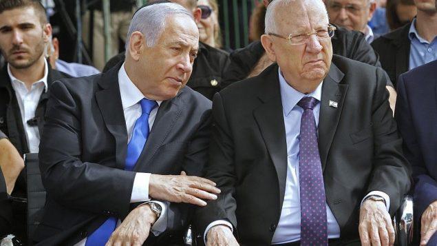رئيس الدولة رؤوفين ريفلين ورئيس الوزراء بنيامين نتنياهو خلال مراسم تذكاريه لرئيس الدولة الراحل شمعون بيرس، في مقبرة جبل هرتسل بالقدس، 19 سبتمبر 2019 (Gil Cohen-Magen/AFP)