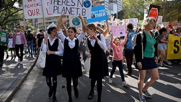 طلاب مدارس يشاركون بمسيرة احتجاجية خلال اكبر اضراب عالمي من اجل المناخ في سيدني، 20 سبتمبر 2019 (PETER PARKS / AFP)