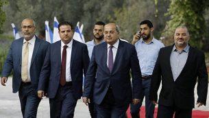 (من اليسار إلى اليمين) أعضاء تحالف 'القائمة المشتركة' أسامة سعدي وأيمن عودة وأحمد الطيبي ومنصور عباس يصلون للقاء مع الرئيس الإسرائيلي، لاتخاذ قرار بشأن المرشح الذي سيتم تكليفه بمهمة تشكيل حكومة جديد، في القدس، 22 سبتمبر، 2019.  (MENAHEM KAHANA / AFP)