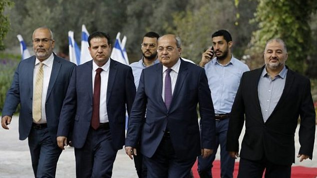 (من اليسار إلى اليمين) أعضاء تحالف 'القائمة المشتركة' أسامة السعدي وأيمن عودة وأحمد الطيبي ومنصور عباس يصلون للقاء مع الرئيس الإسرائيلي، لاتخاذ قرار بشأن المرشح الذي سيتم تكليفه بمهمة تشكيل حكومة جديد، في القدس، 22 سبتمبر، 2019.  (MENAHEM KAHANA / AFP)