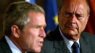 في هذه الصورة من الأرشيف والتي تم التقاطها في 26 مايو، 2002، يظهر الرئيس الأمريكي جورج دبليو بوش (يسار) والرئيس الفرنسي جاك شيراك خلال مؤتمر صحفي في حدائق قصر الإليزيه في باريس. (Tim SLOAN / AFP)