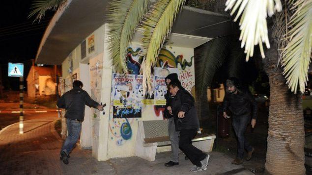 صورة توضيحية: اسرائيليون يفرون للملاجئ نتيجة انطلاق صفارات انذار في مدينة سديروت، 12 مارس 2014 (AFP/DAVID BUIMOVITCH)