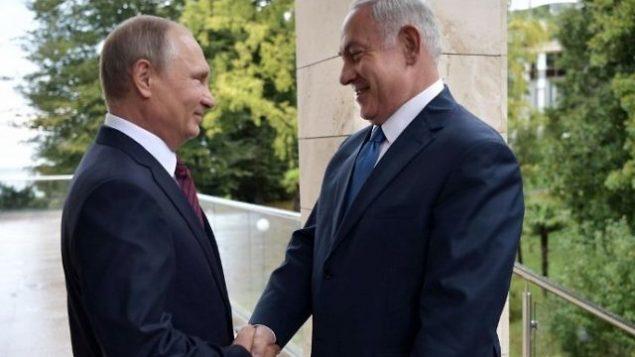 من الأرشيف: الرئيس الروسي فلاديمير بوتين (يسار) يستقبل رئيس الوزراء بنيامين نتنياهو قبيل لقائهما في سوتشي، 23 أغسطس، 2017.  (AFP Photo/Sputnik/Alexey Nikolsky)