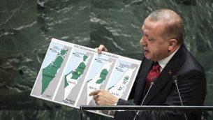 الرئيس التركي رجب طيب إردوغان يحمل خريطة لإسرائيل منذ عام 1947 تظهر ما يقول إنه توسع للحدود الإسرائيلية خلال خطاب ألقاه أمام المؤتمر السنوي للجمعية العامة للأمم المتحدة في مقر المنظمة في نيويورك، 24 سبتمبر، 2019. (Drew Angerer/Getty Images/AFP)
