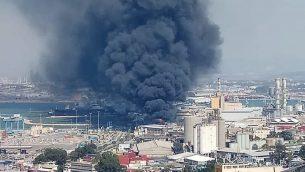 الدخان يتصاعد من مصنع في ميناء حيفا، 5 سبتمبر 2019 (Courtesy firefighting services)