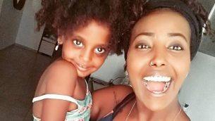 سيفي بيليلين وابنتها بيي إيل (3 سنوات). (Facebook)