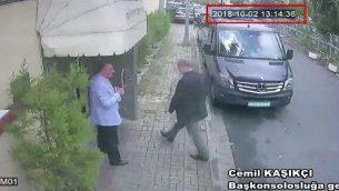 تظهر هذه الصورة المأخوذة من فيديو CCTV الصحفي السعودي جمال خاشقجي يدخل القنصلية السعودية في اسطنبول، يوم الثلاثاء، 2 أكتوبر، 2018 (CCTV/ Hurriyet via AP)