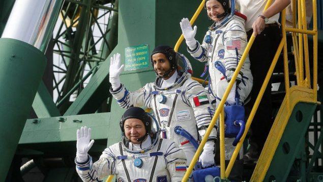 رواد الفضاء الروسي أوليغ سكريبوتشكا، الاماراتي هزاع المنصوري، والأميركية جيسيكا مير، يصعدون على متن مركبة 'سويوز' المتجهة نحو محطة الفضاء الدولية، في كازاخستان، 25 سبتمبر 2019 (Maxim Shipenkov/Pool Photo via AP)