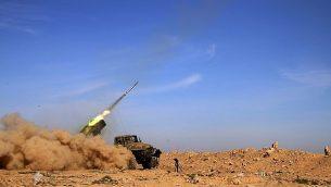 توضيحية: عناصر في الجيش السوري تطلق صاروخا على مواقع لتنظيم 'الدولة الإسلامية'' في محافظة الرقة، سوريا، 17 فبراير، 2016. (Alexander Kots/Komsomolskaya Pravda via AP, File)