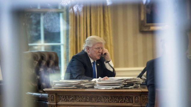 الرئيس الامريكي دونالد ترامب يتحدث عبر الهاتف في الكتب البيضاوي في البيت الابيض، 28 يناير 2017 (AP Photo/Andrew Harnik, )