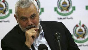 رئيس المكتب السياسي لحركة 'حماس'، إسماعيل هنية، يشارك في لقاء مع مراسلين أجانب في فندق 'المتحف' في مدينة غزة، 20 يونيو، 2019. (AP Photo/Adel Hana)