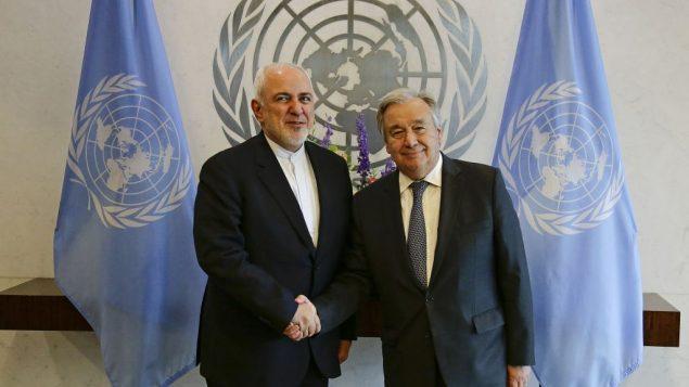 وزير الخارجية الإيراني محمد جواد ظريف يصافح امين عام الامم المتحدة انتونيو غوتيريش في مقر الامم المتحدة، 18 يوليو 2019 (AP Photo/Frank Franklin II)