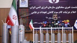 الناطق باسم منظمة الطاقة الذرية الإيرانية بهروز كمال وندى خلال مؤتمر صحفي مع اجهزة طرد ركزي معروضة امامه، في طهران، 7 سبتمبر 2019 (Atomic Energy Organization of Iran via AP)
