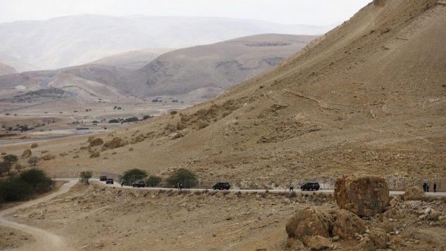 موكب يغادر بعد قيادة رئيس الوزراء بنيامين نتنياهو جلسة حكومة اسبوعية في غور الاردن، في الضفة الغربية، 15 سبتمبر 2019 (Amir Cohen/Pool via AP)