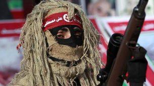 توضيحية: مسلح من الجبهة الشعبية لتحرير فلسطين يشارك في مسيرة في مخيم جباليا، في شمال قطاع غزة، 7 مارس، 2014.  (AP Photo/Adel Hana)