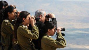 رئيس الوزراء بنيامين نتنياهو يلقي نظرة على غور الأردن مع جنديات إسرائيل خلال جولة في عام 2011.  (photo credit: Moshe Milner/GPO/Flash90)