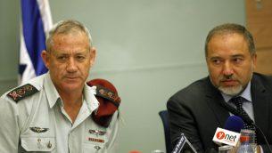 رئيس هيئة أركان الجيش الإسرائيلي، بيني غانتس، ووزير الخارجية أفيغدور ليبرمان، خلال جلسة للجنة في الكنيست في عام 2013.   (FLASH90)