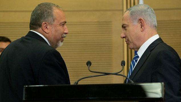 رئيس الوزراء بنيامين نتنياهو (يمين) مع وزير الدفاع آنذاك أفيغدور ليبرمان في مؤتمر صحفي مشترك، 30 مايو، 2016.  (Yonatan Sindel/Flash90)