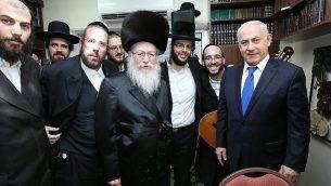 رئيس 'يهدوت هتوراة'، يعقوب ليتسمان، يستضيف رئيس الوزراء بنيامين نتنياهو،  خلال حفل زفاف حفيد ليتسمان، 18 يونيو، 2017. ( Shlomi Cohen/FLASH90)