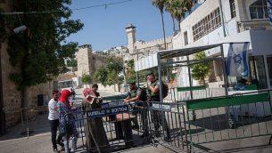 توضيحية: شرطة حرس الحدود تقوم بفحص هويات نساء فلسطينيات عند مدخل الحرم الإبراهيمي في مدينة الخليل بالضفة الغربية، 9 يوليو، 2017. (Miriam Alster/Flash90)