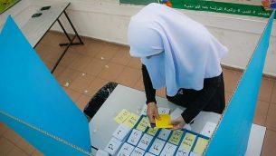 توضيحية: سيدة عربية تدلي بصوتها في مركز اقتراع خلال انتخابات السلطات المحلية في 30 أكتوبر، 2018، في كفر قاسم. (Roy Alima/Flash90)
