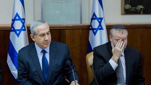 رئيس الوزراء بنيامين نتنياهو (يسار) وسكرتير الحكومة حينذاك، أفيحاي ماندلبليت، في الجلسة الأسبوعية للحكومة، في مكتب رئيس الوزراء بالقدس، 13 ديسمبر 2015. (Yonatan Sindel/Flash90)
