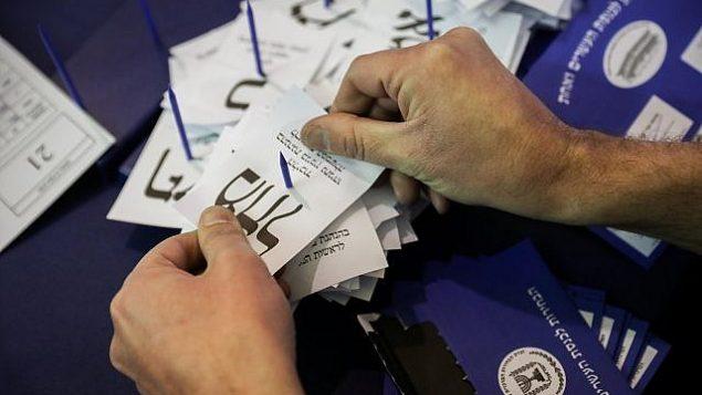 توضيحية: إسرائيليون يقومون بفرز أصوات الجنود والدبلوماسيين في البرلمان بالقدس، بعد يوم من الإنتخابات العامة، 10 أبريل، 2019.  (Noam Revkin Fenton/Flash90)