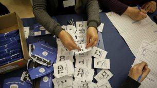 توضيحية: مسؤولون يقومون بفرز أصوات الجنود والدبلوماسيين والسجناء في الكنيست بالقدس، بعد يوم من اجراء الانتخابات العامة، 10 أبريل، 2019.  (Noam Revkin Fenton/Flash90)