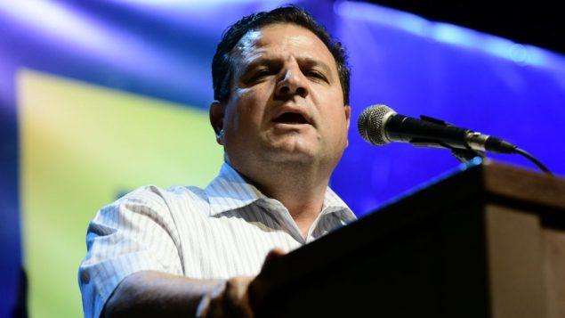 رئيس قائمة 'الجبهة-العربية للتغيير'، أيمن عودة، يتحدث في مظاهرة ضد رئيس الوزراء بنيامين نتنياهو، من أمام متحف تل أبيب، 25 مايو، 2019. (Tomer Neuberg/ Flash90)