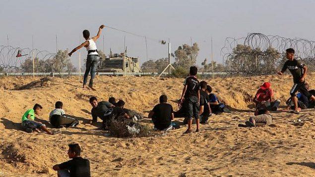 متظاهرون فلسطينيون في اشتباكات مع جنود إسرائيليين بعد مظاهرة على الحدود بين إسرائيل وقطاع غزة، 6 سبتمبر، 2019.  (Abed Rahim Khatib/Flash90)