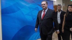 وزير الخارجية يسرائيل كاتس يصل جلسة الحكومة الاسبوعية في مكتب رئيس الوزراء في القدس، 24 يونيو 2019 (Noam Revkin Fenton/Flash90)