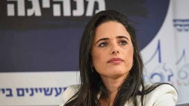 رئيسة تحالف 'يمينا'، أييليت شاكيد، تتحدث أمام مؤتمر رابطة المصنعين في تل أبيب، 2 سبتمبر، 2019.   (Flash90)