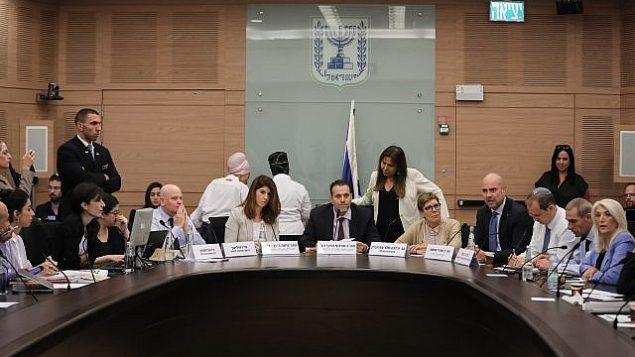 عضو الكنيست عن حزب 'الليكود' ورئيس اللجنة التنظيمية، ميكي زوهر (وسط الصورة)، يترأس جلسة لمناقشة مشروع قانون كاميرات الأمن، قبل الانتخابات القريبة، في الكنيست، 9 سبتمبر، 2019.  (Yonatan Sindel/FLASH90)
