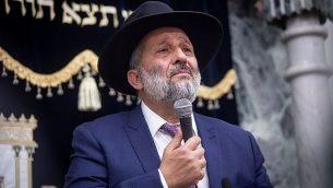 زعيم حزب 'شاس' أرييه درعي في كنيس، 14 سبتمبر، 2019. (Aharon Krohn/Flash90)
