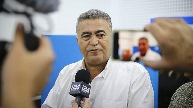 رئيس حزب 'العمل-غيشر'، عمير بيرتس، يتحدث لوسائل الإعلام بعد الإدلاء بصوته في مركز اقتراع بمدينة سديروت، خلال الإنتخابات للكنيست، 17 سبتمبر، 2019.  (Flash90)