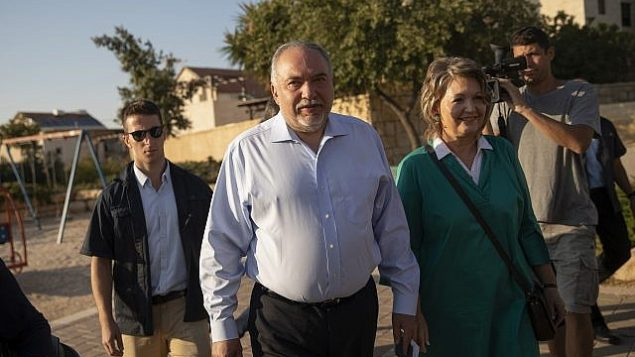 رئيس حزب 'يسرائيل بيتنو'، أفيغدور ليبرمان، وزوجته يدليان بصوتيهما في مركز اقتراع في مستوطنة نوكديم، خلال الإنتخابات للكنيست في 17 سبتمبر، 2019. (Hadas Parush/Flash90)