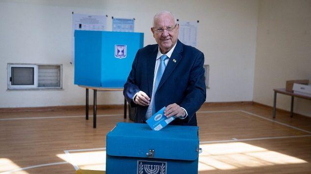 الرئيس رؤوفن ريفلين يدلي بصوته في محطة اقتراع في القدس، 17 سبتمبر 2019 (Yonatan Sindel/Flash90)