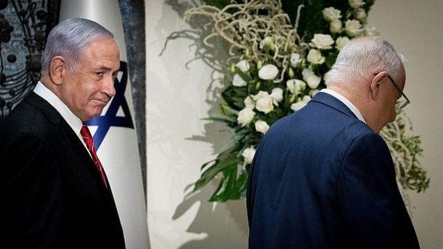 رئيس الوزراء بنيامين نتنياهو، يسار، ورئيس الدولة رؤوفين ريفلين في مقر رؤساء إسرائيل في القدس، 25 سبتمبر، 2019، بعد أن كلف ريفلين نتنياهو بمهمة تشكيل الحكومة القادمة. (Yonatan Sindel/Flash 90)