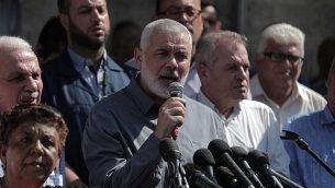 رئيس المكتب السياسي لحركة 'حماس'، إسماعيل هنية، يشارك في مسيرة تضامن مع الأسرى الأمنيين الفلسطينيين في السجون الإسرائيلية، من أمام مقر الصليب الأحمر في مدينة غزة، قطاع غزة، 30 سبتمبر، 2019. (Flash90)