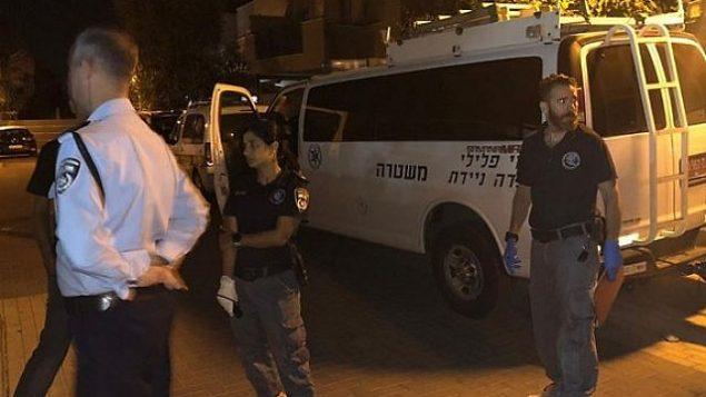 موقع جريمة قام خلالها مشتبه به بقتل والده وإصابة والدته طعنا في غان يافنيه، 26 سبتمبر، 2019. (Israel Police)