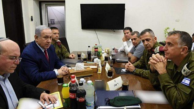 رئيس الوزراء بنيامين نتنياهو (الثاني من اليمين) يجتمع مع قادة الدفاع في قاعدة 'الكرياه' العسكرية في تل أبيب بعد هجوم صاروخي من غزة، 10 سبتمبر، 2019. (Ariel Hermoni/Defense Ministry)