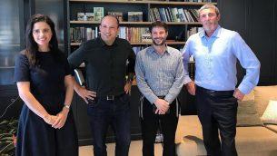 (من اليسار الى اليمين) أييليت شاكيد ونفتالي بينيت وبتسلئيل سموتريتش ورافي بيرتس يعلنون عن تحالف أحزاب اليمين المتدين، 'يمينا'، 29 يوليو، 2019. (Courtesy)
