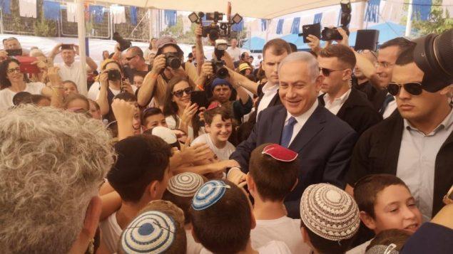 رئيس الوزراء بنيامين نتنياهو يلتقي بطلاب مدرسة في مستوطنة الكانا في الضفة الغربية، في اليوم الدراسي الأول، 1 سبتمبر 2019 (Courtesy)