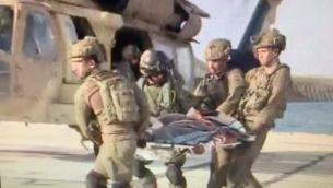 جندي إسرائيلي 'مصاب'، خلال عملية إجلاء وهمية، في موقع أصيبت فيه مركبة عسكرية إسرائيل بصاروخ مضاد للدبابات أطلقته منظمة حزب الله على الحدود اللبنانية في 1 سبتمبر، 2019.  (screen capture: Twitter)