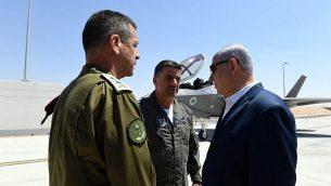 رئيس الوزراء بنيامين نتنياهو (يمين) ورئيس الأركان الإسرائيلي أفيف كوخافي (يسار) وقائد سلاح الجو الإسرائيلي عميكام نوركين (وسط) في قاعدة 'نيفاطيم' الجوية في 9 يوليو، 2019. (Ariel Hermoni/Defense Ministry)