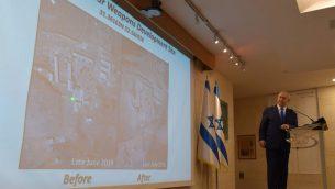 رئيس الوزراء بنيامين نتنياهو، متحدثا مع صحفغيين في وزارة الخارجية في القدس، يكشف ما قال انها منشأة سرية اجرت إيران داخلها تجارب بهدف تطوير اسلحة نووية، 9 سبتمبر 2019 (GPO)