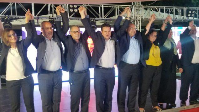 مرشحو حزب القائمة المشتركة يحتفلون بنتائج استطلاع القناة 13 بعد اغلاق صناديق الاقتراع، التي توقعت في بداية الامر حصول الحزب على 13 مقعدا في الكنيست، 18 سبتمبر 2019 (Adam Rasgon/Times of Israel)