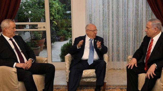 بنيامين نتنياهو، يسار، ورؤفين ريفلين، وسط، وبيني غانتس في مقر إقامة رئيس الدولة، 25 سبتمبر 2019 (Amos Ben Gershom/GPO)